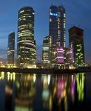 Moderne wolkenkrabbers bij nacht stock fotografie