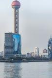 Moderne wolkenkrabbers die zich door huangpurivier bevinden, Shanghai Royalty-vrije Stock Afbeeldingen
