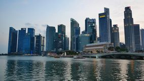 Moderne Wolkenkratzer bei Marina Bay Waterfront Promenade stock footage