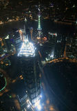 Moderne Wolkenkratzer des Aufbaus nachts Stockfotos