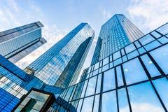 Moderne Wolkenkratzer im Geschäftsgebiet Stockfotos