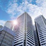 Moderne Wolkenkratzer im Geschäftsgebiet mit Blendenfleck Stockbilder