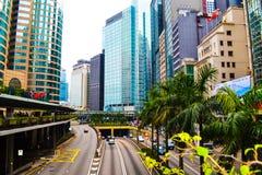 Moderne Wolkenkratzer und Gebäude einer der zentralen Straßen von Hong Kong Stockfotos