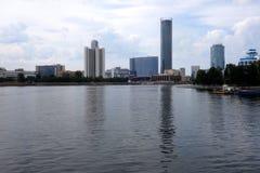 Moderne Wolkenkratzer von Jekaterinburg reflektiert sich im Wasser von Iset-Fluss stockfotografie