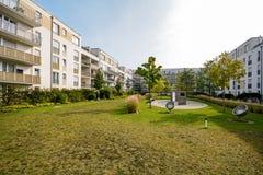 Moderne woningbouw, flats in een nieuwe stedelijke huisvesting stock foto