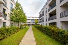Moderne woningbouw, flats in nieuwe stedelijke huisvesting stock foto