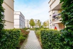 Moderne woningbouw met nieuwe flats in een groene woonwijk stock afbeelding