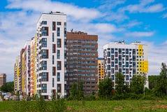 Moderne woon complex op de achtergrond van de blauwe hemel Het huisvest veranderlijke hoogte van 7 tot 14 die verdiepingen, in re royalty-vrije stock afbeelding