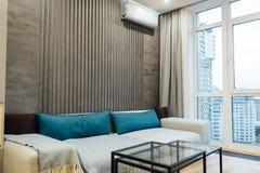 Moderne woonkamer in apartament met meubilair Niemand binnen stock afbeeldingen