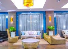 Moderne woonkamer in blauwe toon Royalty-vrije Stock Foto
