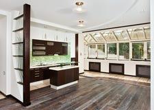Moderne woonkamer en Keuken met donkere vloer Stock Afbeelding