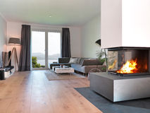 Moderne woonkamer met brandplaats royalty-vrije stock foto