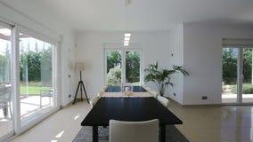 Moderne woonkamer met decoratieve toebehoren stock videobeelden