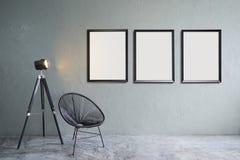 Moderne woonkamer met drie lege omlijstingen Stock Foto's