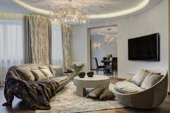 Moderne woonkamer met een mening van de keuken Stock Afbeeldingen