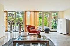 Moderne woonkamer met glaskoffietafel Royalty-vrije Stock Afbeeldingen
