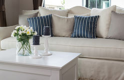 Moderne woonkamer met glasvaas en rij van hoofdkussens Royalty-vrije Stock Afbeelding