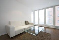 Moderne woonkamer met witte leerbank Royalty-vrije Stock Foto's