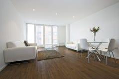 Moderne woonkamer met witte leerbanken Stock Foto