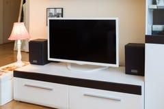 Moderne woonkamer - TV en sprekers stock afbeelding