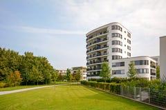 Moderne woontoren, flatgebouw in een nieuwe stedelijke ontwikkeling royalty-vrije stock foto