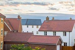Moderne woonwijk het UK Verscheidenheid van huizen en garages tegen c stock afbeelding