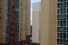 Moderne woonwijk met lange gebouwen en weinig ruimte Stock Afbeeldingen