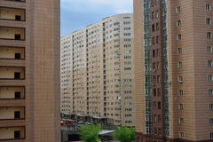 Moderne woonwijk met lange gebouwen en weinig ruimte Royalty-vrije Stock Afbeeldingen