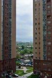 Moderne woonwijk met lange gebouwen en weinig ruimte Stock Fotografie