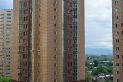 Moderne woonwijk met lange gebouwen en weinig ruimte Royalty-vrije Stock Afbeelding