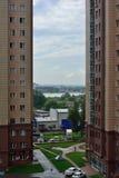 Moderne woonwijk met lange gebouwen en weinig ruimte Royalty-vrije Stock Foto