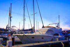 Moderne Yachten im Kai Lizenzfreie Stockfotografie