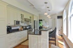 Moderne zeitgenössische weiße Küche Lizenzfreies Stockbild