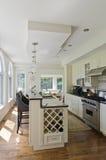 Moderne zeitgenössische weiße Küche Stockfotos