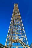 Moderne Zelle und Antenne mit flacher Parabel im Himmel lizenzfreie stockbilder