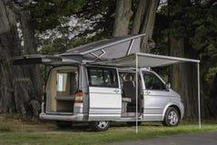 Moderne zilveren kampeerautobestelwagen royalty-vrije stock fotografie