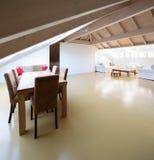 Moderne zolder met brede ruimte stock fotografie