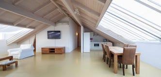 Moderne zolder met brede ruimte stock afbeeldingen