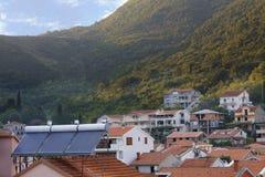 Moderne zonnewaterverwarmers op het dak van het huis stock foto's