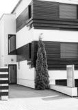 Moderne zwart-witte huisarchitectuur Stock Afbeeldingen