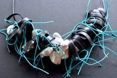 Moderne zwarte halsband op een zwarte oppervlakte Stock Fotografie