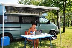 Moderner Älterer auf Ferien mit WIFI Lizenzfreie Stockbilder