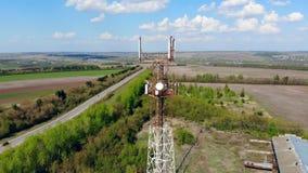 Moderner übertragender Turm mit Kabeln stock footage