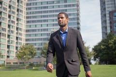 Moderner AfroamerikanerGeschäftsmann in den Klagen gehend durch Th Lizenzfreies Stockbild