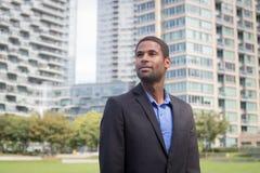 Moderner AfroamerikanerGeschäftsmann in den Klagen, Scharfes schauend und Stockfoto