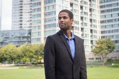 Moderner AfroamerikanerGeschäftsmann in den Klagen, Scharfes schauend und Stockbilder
