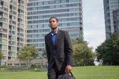 Moderner AfroamerikanerGeschäftsmann in den Klagen, Scharfes schauend und Lizenzfreies Stockbild