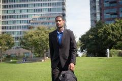 Moderner AfroamerikanerGeschäftsmann in den Klagen, Scharfes schauend und Stockfotos