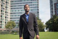 Moderner AfroamerikanerGeschäftsmann in den Klagen, Scharfes schauend und Stockbild