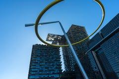 Moderner Appartementkomplex-Solargeneratoren lizenzfreies stockfoto